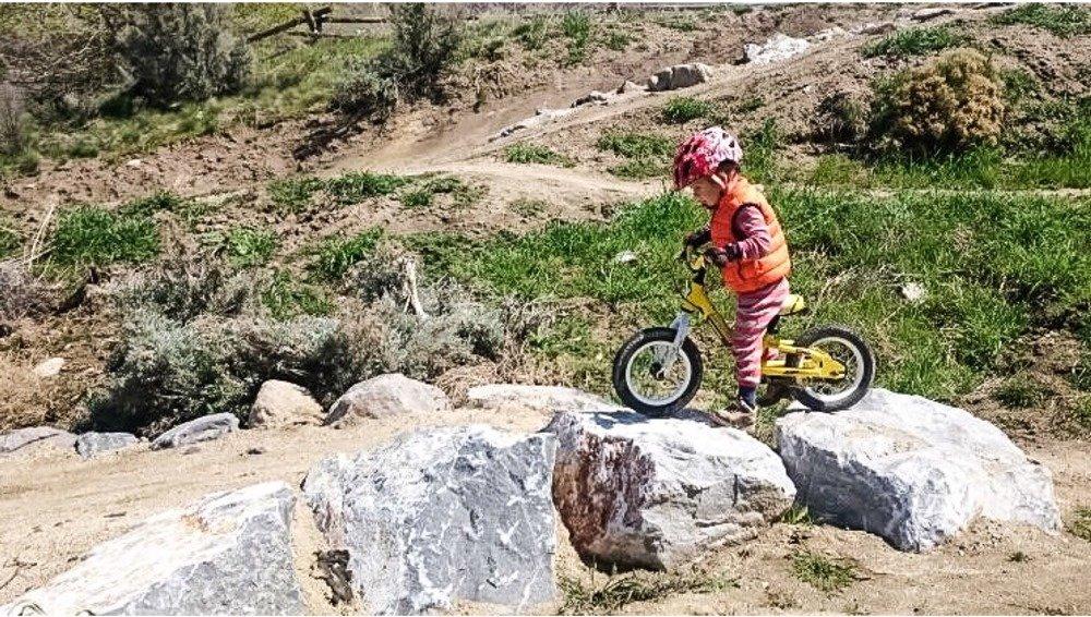www.outdoorfamiliesonline.com/wp-content/uploads/family-mountain-biking-3.jpg